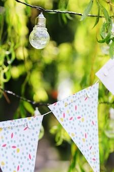 Les ampoules et la guirlande pendent sur les branches