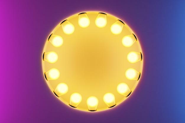 Les ampoules jaune vif dans une rangée en forme de cercle sont allumées sur un fond isolé rose et violet. la lampe en forme de cercle brille de mille feux