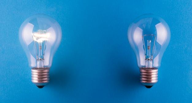 Ampoules de lampe de remorquage allumées et éteintes sur la surface bleue