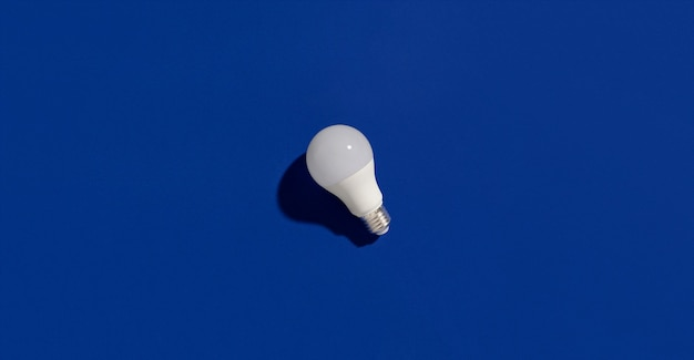Ampoules led à économie d'énergie sur bleu