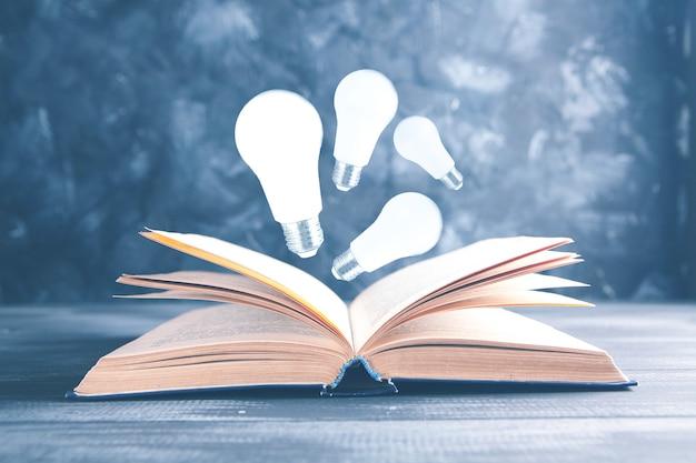 Ampoules lumineuses au-dessus du livre