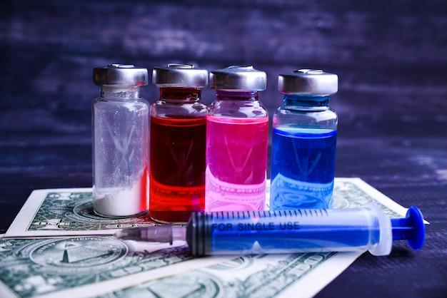 Ampoules médicales colorées avec seringue isolée. flacon médical et ampoules pour injection et seringue. médicaments et traitement des maladies. pharmacologie et science. copiez l'espace.