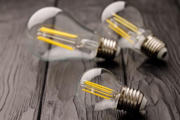 Ampoules sur une surface en bois sombre se bouchent