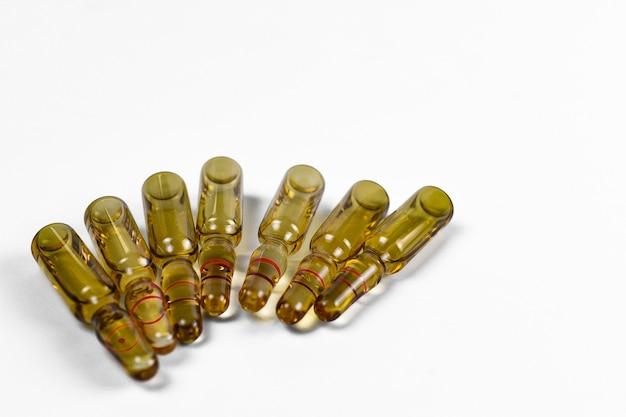 Ampoules en verre brun avec médicament liquide