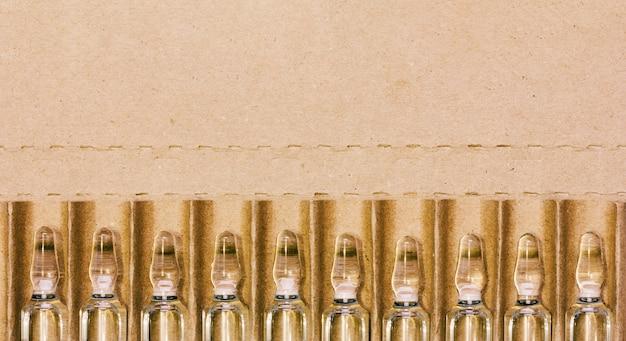 Ampoules en verre avec solution injectable dans un carton avec espace pour le texte