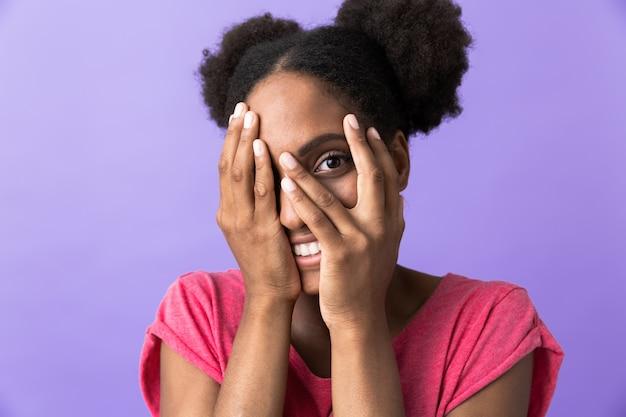 Amusant, femme américaine africaine, sourire, et, couvrant visage, isolé