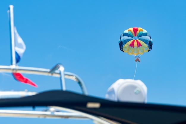 Amusement de l'eau de parachute ascensionnel. la famille vole en parapente sur la mer depuis un bateau.