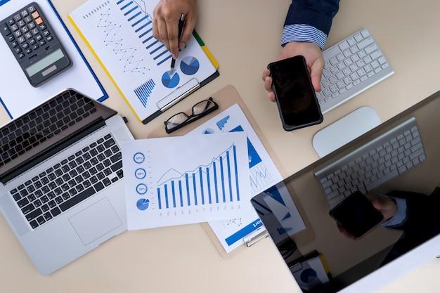 Analyse du concept de travail comptabilité sur ordinateur portable.