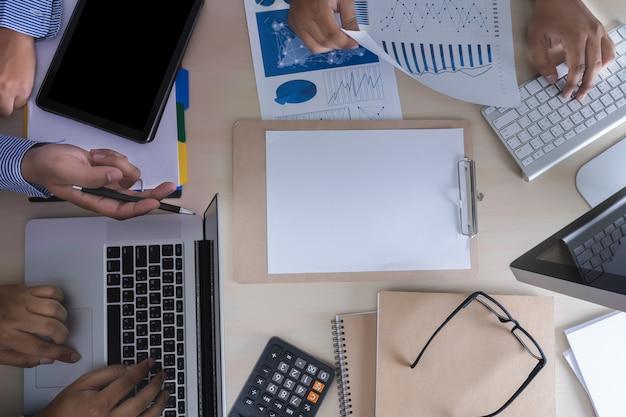Analyse du travail comptabilité sur le concept d'investissement pour ordinateur portable.