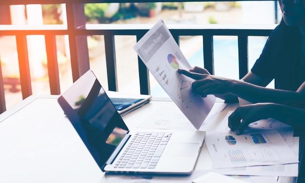 Analyse d'équipe commerciale avec graphique financier au bureau, lieu de travail, temps de réunion.