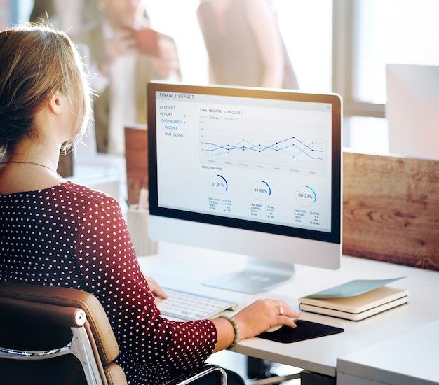 Analyse de gens d'affaires pensant finance succès croissance concept