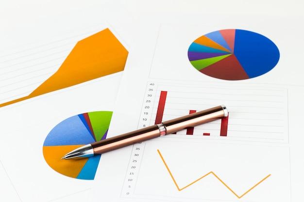 Analyse de graphiques, de calculs, d'économies, de finances et de concept d'économie