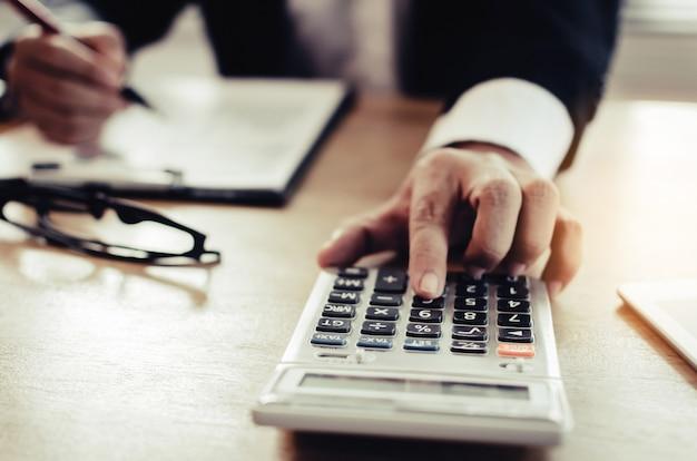 Analyse d'investisseur professionnel ou d'homme d'affaires et calcul sur rapports financiers