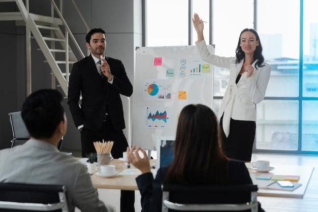 Analyse de stratégie de planification de présentation d'homme et de femme d'affaires à partir du rapport de document financier lors d'une réunion d'affaires dans une salle de bureau moderne, concept d'entreprise de diversité