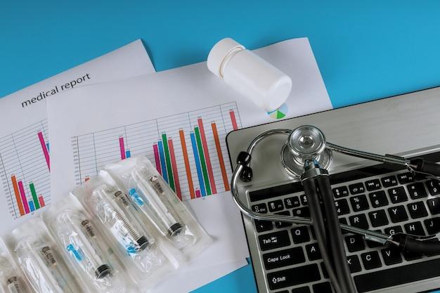 Analyse de la technologie médicale et un stéthoscope avec tablette numérique moderne