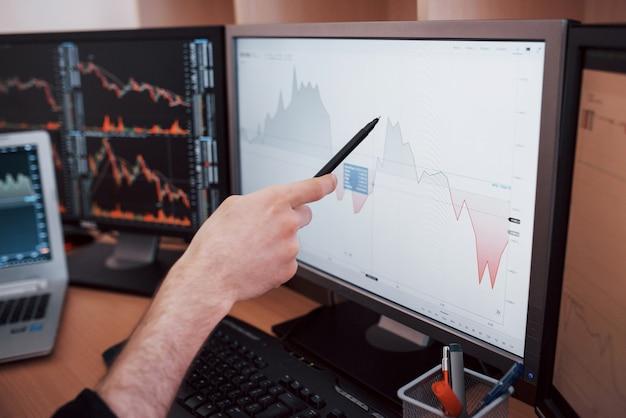 Analyser les données. gros plan, jeune, homme affaires, pointage, données, présenté, graphique, stylo, quoique, fonctionnement ...