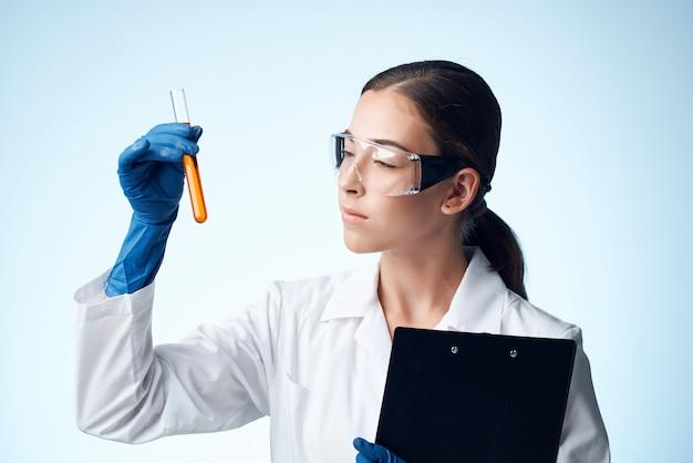 Analyses scientifiques de médecine de laboratoire de femme médecin