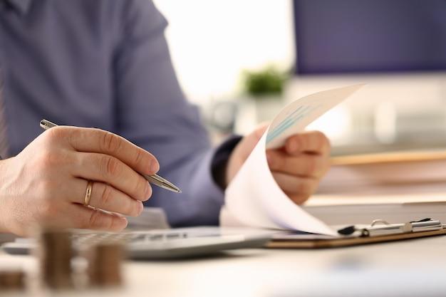 Analyste calcul du budget financier vérifier l'investissement