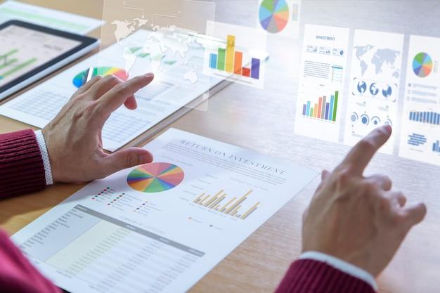 Analyste masculin touchant le graphique à deux barres sur l'écran virtuel