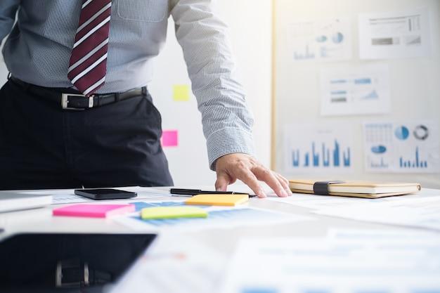 Analyste de performance marketing travaillant avec rapport de vente sur un bureau