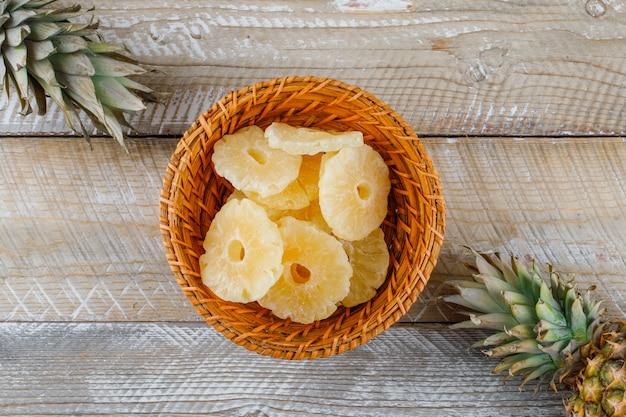 Ananas avec anneaux confits sur une surface en bois