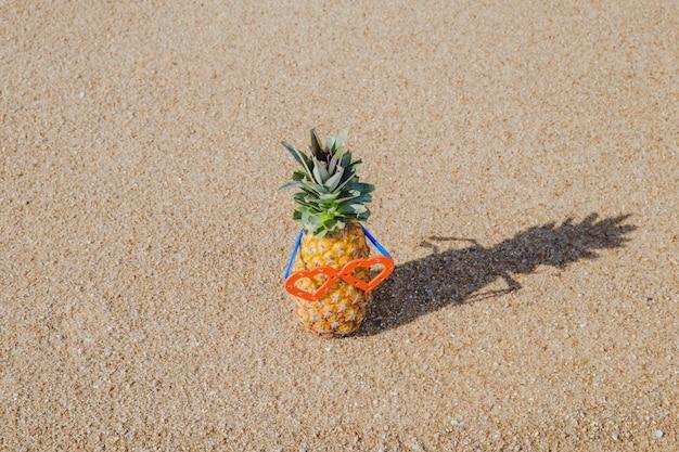 Ananas aux lunettes de soleil