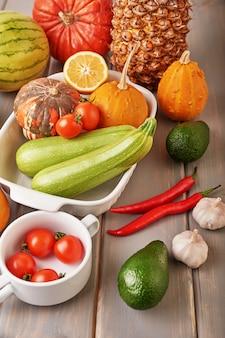 Ananas, avocat, poivron, piment, concombre, tomates cerises, ail, citrouilles dans le cadre