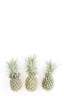 Ananas sur blanc. concept de cuisine créative