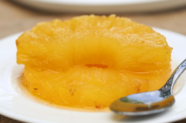Ananas candide avec cuillère