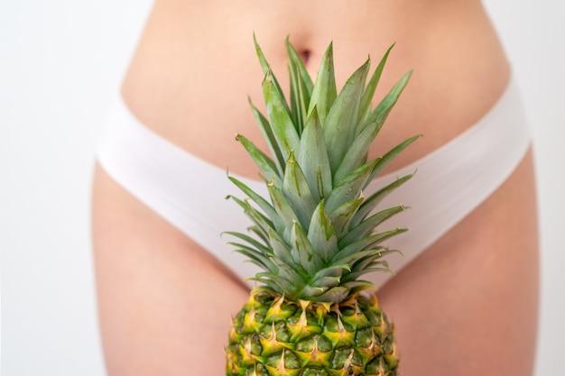 Ananas sur le corps de la femme en culotte blanche.