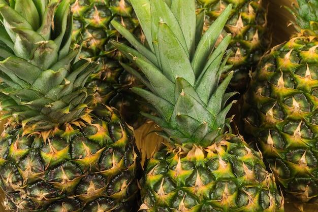 Ananas dans un bol isolé om blanc.
