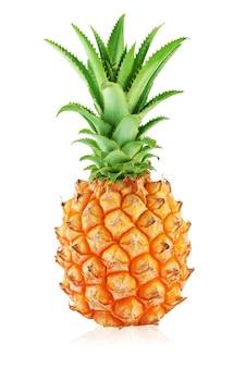 Un ananas entier avec des feuilles isolé sur blanc