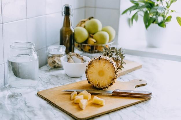 Ananas fermenté kombucha boisson tepache processus de cuisson d'ananas superaliment probiotique fait maison