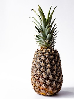 Ananas sur fond blanc, ananas mûr sur fond blanc, ananas juteux sur fond blanc.