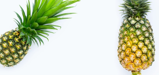 Ananas sur fond blanc. copier l'espace