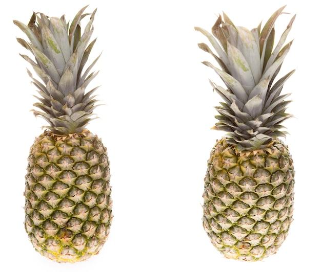 Ananas sur fond blanc en studio isolé. rafraîchissement d'été exotique