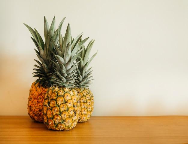 Ananas sur un fond en bois