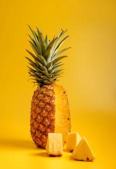 Ananas sur fond jaune