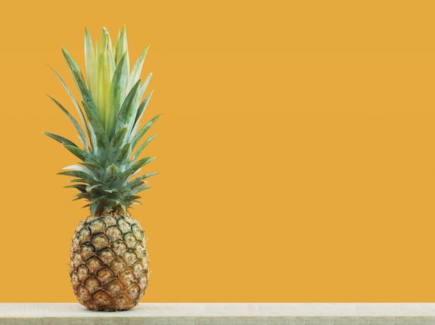 Ananas avec fond jaune.