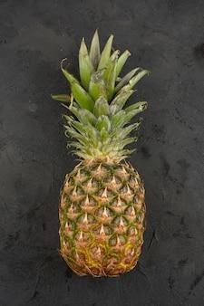 Ananas frais aigre-doux juteux sur fond gris