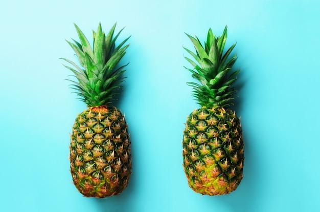 Ananas frais sur bleu