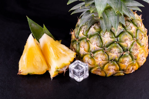 Ananas frais sur bois noir