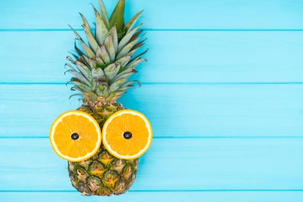 Ananas frais entier mignon avec des yeux orange