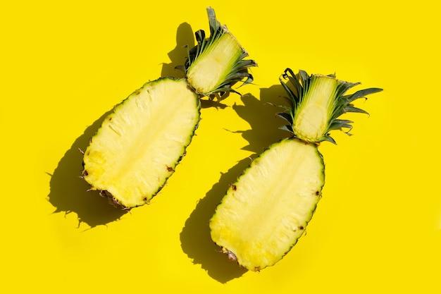 Ananas frais sur fond jaune. espace de copie