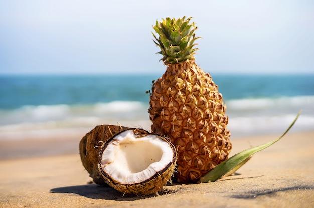 Ananas frais et noix de coco dans un paysage tropical