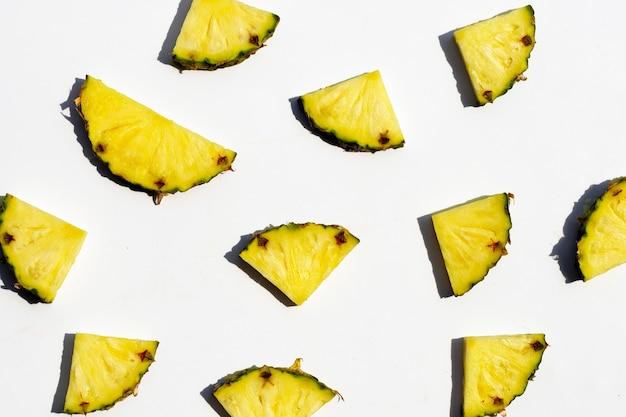 Ananas frais sur surface blanche