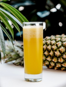 Ananas frais sur la table