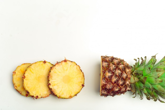 Ananas isolé sur blanc