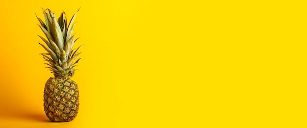 Ananas jaune entier frais et mûr. bannière