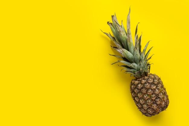 Ananas jaune entier frais et mûr. vue de dessus, mise à plat